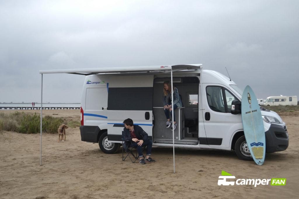 Camper acampada en la playa 6