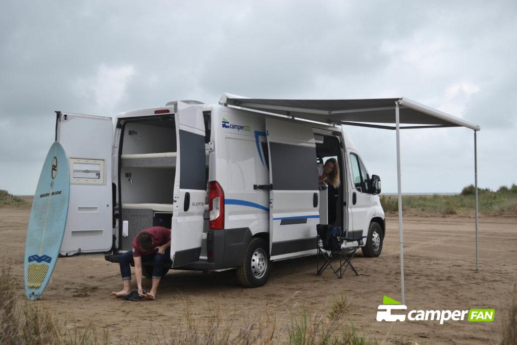 Camper acampada en la playa